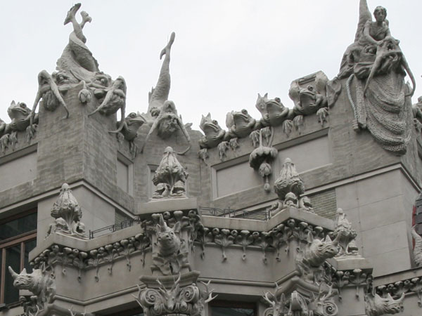 House with Chimeras - Photo 4